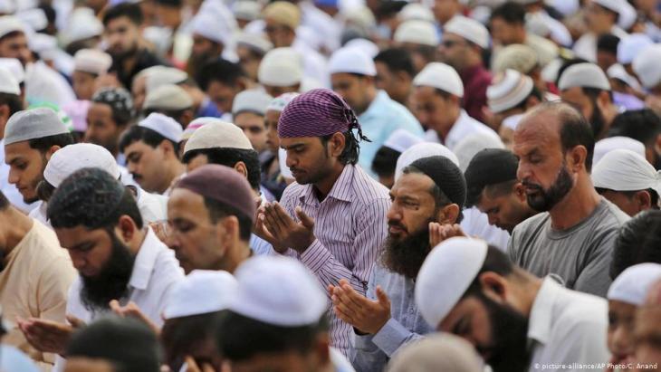 Muslime im indischen Teil Kaschmirs während des Eid-ul-Adha-Festes; Foto: picture alliance/AP/C. Anand
