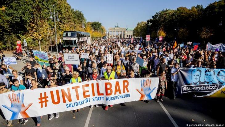 Demonstration gegen Rassismus und Rechtsruck mit dem Motto «Unteilbar» zieht vor dem Brandenburger Tor auf der Straße des 17. Juni Richtung Siegessäule; Foto: Christoph Soeder/dpa