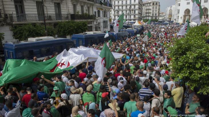 Freitagsproteste vom 2. August 2019 in der algerischen Hauptstadt Algier; Foto: picture-alliance/dpa/abaca