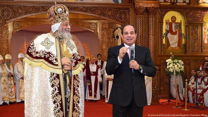 Der Patriarch der koptisch-katholischen Kirche, Papst Tawadros II. gemeinsam mitÄgyptens Präsident Abdel Fattah al-Sisi in der neuen koptischen Kathedrale ''The Nativity of Christ'' in Kairo; Foto: picture-alliance/Zumapress/Egyptian President Office