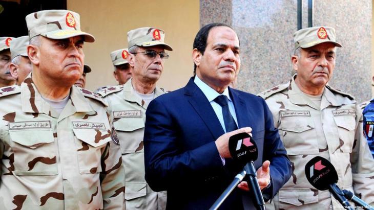 Ägyptens Präsident Al-Sisi mit Führungsmitgliedern des Obersten Militärrates in Kairo; Foto: picture-alliance/dpa