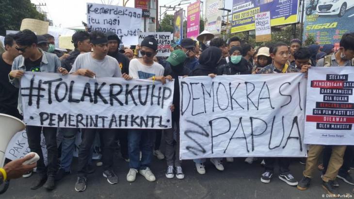 Studentenproteste gegen die Stationierung zusätzlicher Truppen in den Unruheprovinzen Papua, die Aufweichung der Korruptionsbestimmungen und  ein Gesetz zum Verbot von Sex vor der Ehe am 24.9.2019 in Jakarta, Indonesien; Foto: DW