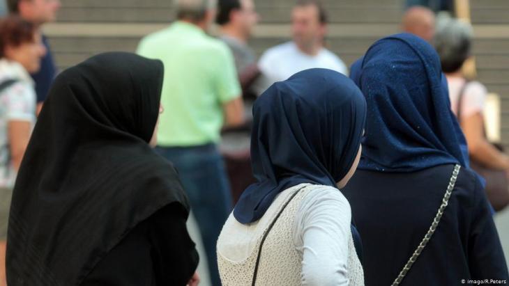 Muslimische Frauen mit Kopftüchern spazieren in der Innenstadt von München; Foto. Imago/Ralph Peters