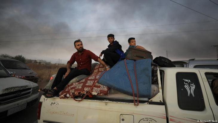 Kurden fliehen auf Pick-Ups und Lastwagen aus Ras al-Ain und Tel Abjad; Foto: Reuters/R.Said