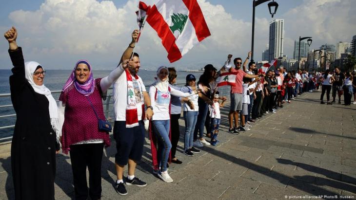 Menschenkette am 27. Oktober 2019 an der Uferpromenade in Beirut; Foto: picture-alliance/AP