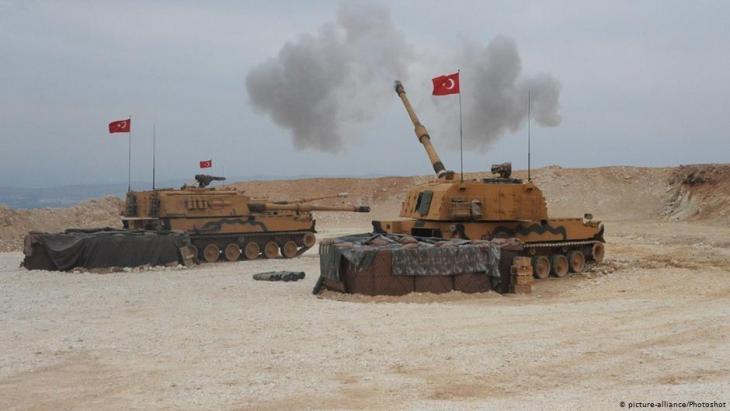 Türkische Panzer schießen auf syrisches Territorium im Verlauf der Militäroffensive in Nordsyrien; Foto: picture-alliance/photoshot