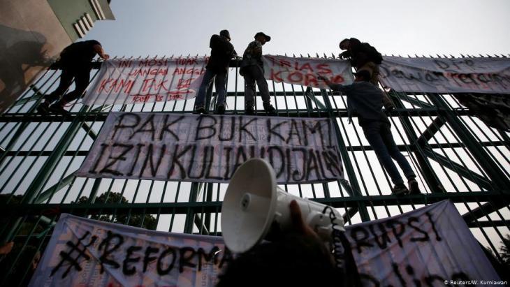 Studentenprotest vor dem Parlament in Jakarta am 23.09.2019; Foto: Reuters