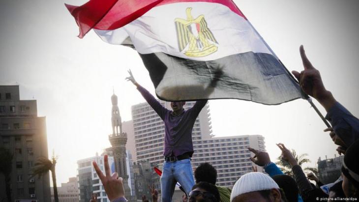 Proteste gegen Hosni Mubarak auf dem Tahrir-Platz in Kairo im Jahr 2011; Foto: picture-alliance/dpa
