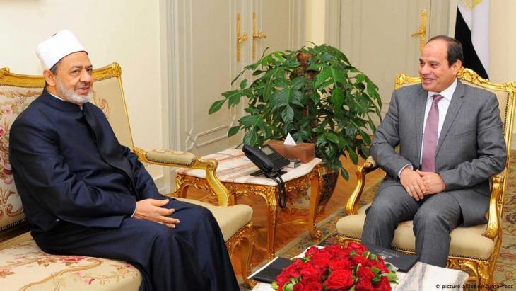 Ahmed Al-Tayeb, Großimam der Azhar, gemeinsam mit Präsident Abdel Fattah Al-Sisi in Kairo; Foto: picture-alliance/ZumaPress