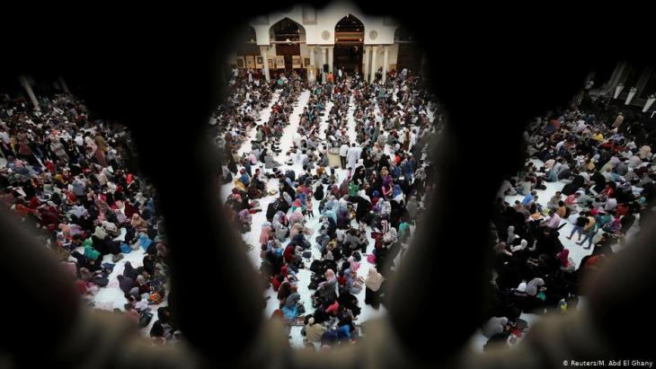 Muslime beim Fastenbrechen während des Ramadans in der Azhar-Moschee in Kairo am 12. Mai 2019; Foto: Reuters/Mohamed Abd El Ghany
