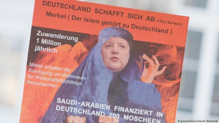 Ein Anhänger der Partei Alternative für Deutschland (AfD) hält am 31.10.2015 in Hamburg mit einem Schild gegen den Islam und Kanzlerin Angela Merkel; Foto: picture-alliance/dpa/D. Bockwoldt