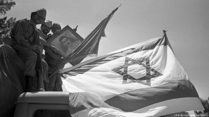 Israelische Soldaten mit Bild Gamal Abdel Nassers nach der Eroberung des Sinais im Sechstagekrieg; Foto: picture-alliance