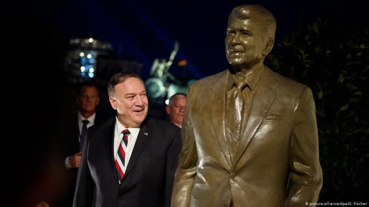 Pompeo enthüllt am 8.11.2019 in der US-Botschaft in Berlin eine Statue Ronald Reagans; Foto: picture-alliance/dpa