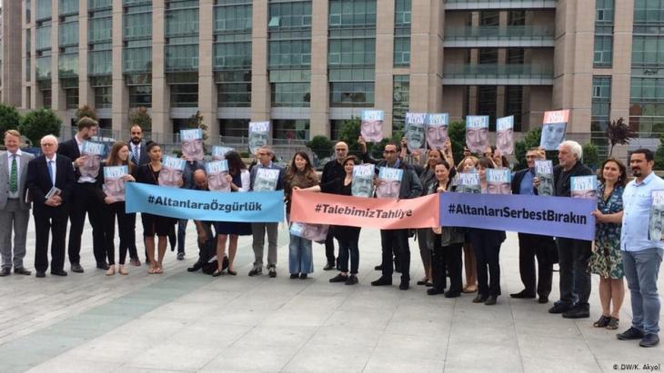 Journalisten demonstrieren im Juni 2017 vor dem Istanbuler Gerichtsgebäude für die Freilassung von Ahmet und Mehmet Altan, Nazlı Ilıcak; Foto: DW