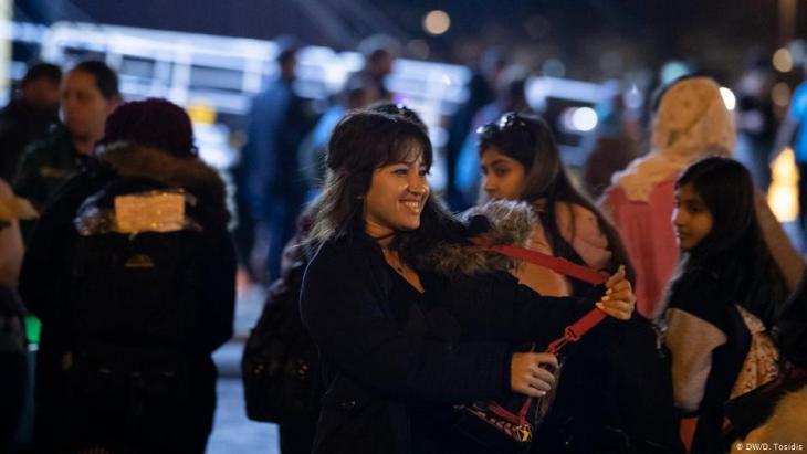 Raha Namiri nimmt die Fähre zum griechischen Festland; Foto: Deutsche Welle