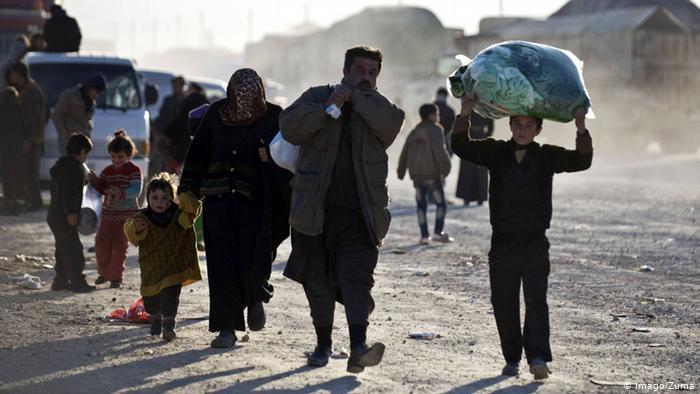 Syrische Flüchtlinge verlassen ihr Land in Richtung syrisch-türkische Grenze; Foto: Imago/Zuma