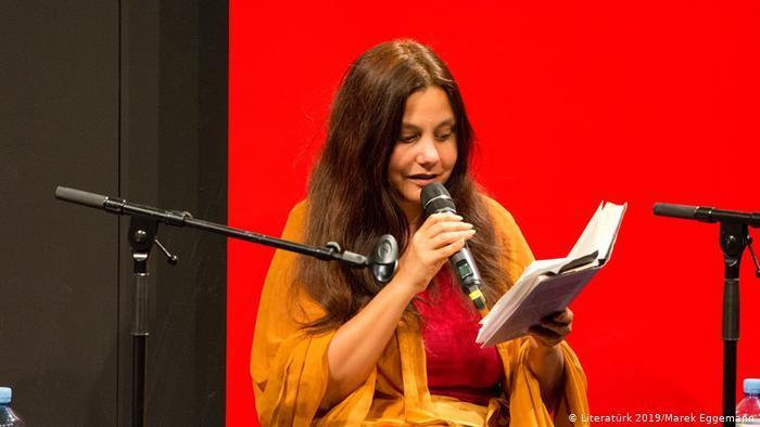 """Mithu M. Sanyal liest aus ihrem Essay """"Zuhause"""" auf dem Literatürk Literatur Festival in Essen; Foto: Literaturk 2019/Marek Eggemann"""