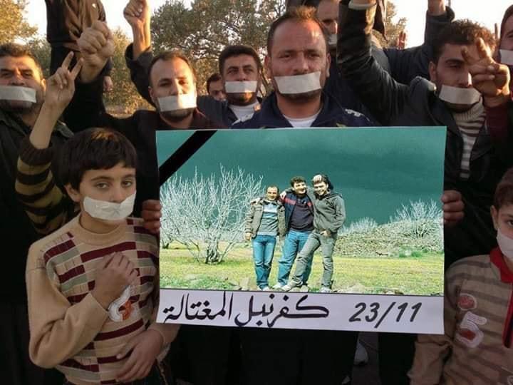 Protest-Veranstaltung in Kafranbel nach der Ermordung von Raed und Hamoud; Quelle: Facebook/Kafranbel