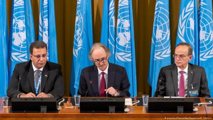 Syrischer Verfassungsausschuss tritt erstmals zusammen: Ahmad Kuzbari (l.), Co-Vorsitzender des syrischen Verfassungsausschusses und Mitglied der syrischen Regierung, Geir Pedersen, UN-Sondergesandter für Syrien (m.) und Hadi al-Bahra, Co-Vorsitzender des syrischen Verfassungsausschusses und Vertreter der syrischen Opposition am 30.10.2019 in Genf; Foto: picture-alliance/dpa