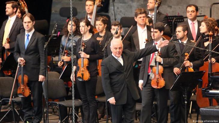 Das West-Eastern Divan Orchestra unter der Leitung von Daniel Barenboim; Foto: picture-alliance/dpa
