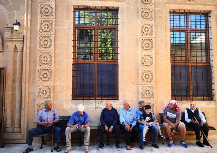 Menschen vor der Mor Barsarmo Kirche von Midyat; Foto: Marian Brehmer