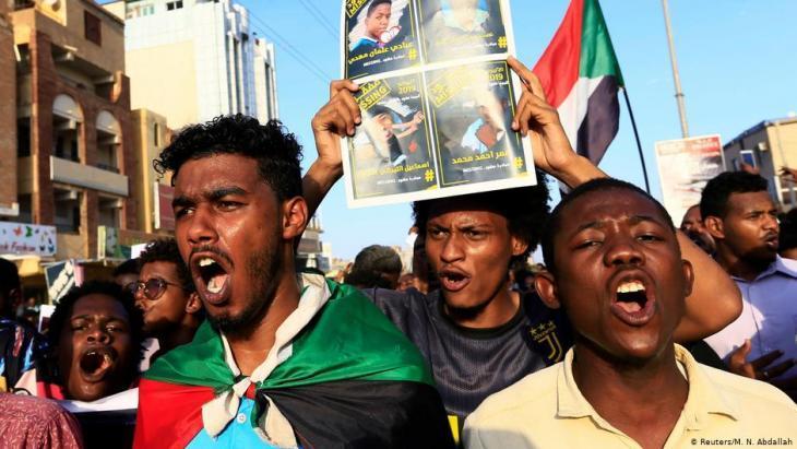 """Sudanesen demonstrieren im September 2019 in Khartum für die Auflösung von Omar al-Bashirs """"National Congress Party""""; Foto: Reuters: M.N.Abdallah"""