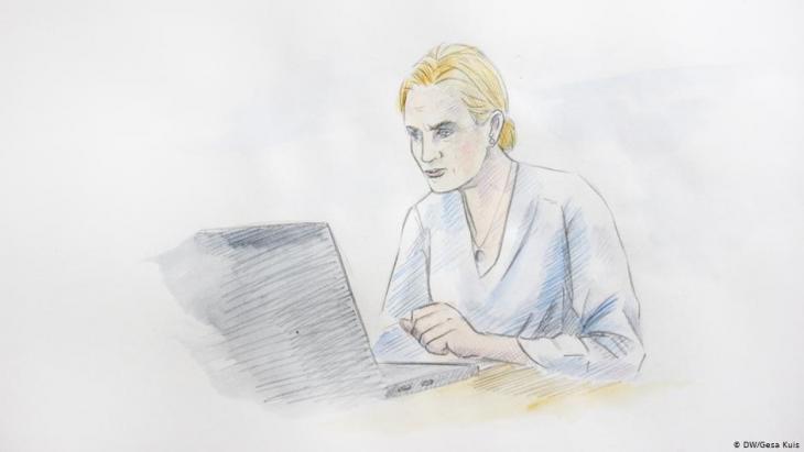 Illustration: Mutter mit besorgtem Gesichtsausdruck vor ihrem Laptop; Foto: DW/Gesa Kuis