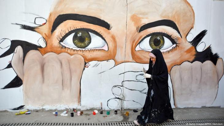 Wandmalerei gegen die Zentralregierung in Bagdad in einer Straße von Nadschaf; Foto: Getty Images/AFP