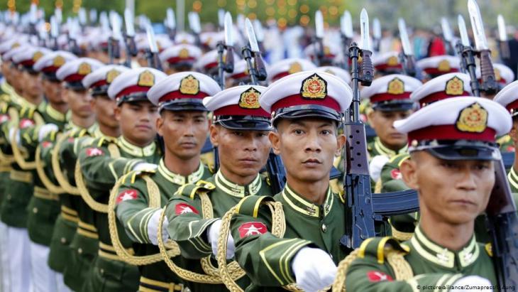 Ehrenformation der Streitkräfte Myanmars bei einer Militärparade zum Unabhängigkeitstag des Landes; Foto: picture-alliance/Zumapress