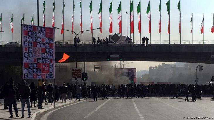 Proteste gegen die Erhöhung der Benzinpreise in Isfahan, Iran; Foto: picture-alliance/AP
