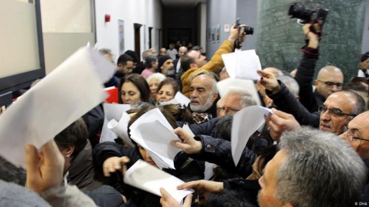 Besorgte Bürger - hier bei Eingaben gegen das Projekt Istanbul-Kanal in Izmir Ende Dezember 2019; Foto: DHA