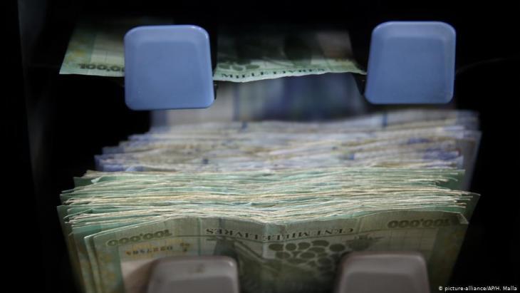 Geldmaschine mit libanesischen Pfund-Scheinen in Beirut; Foto: AP Photo/Hussein Malla