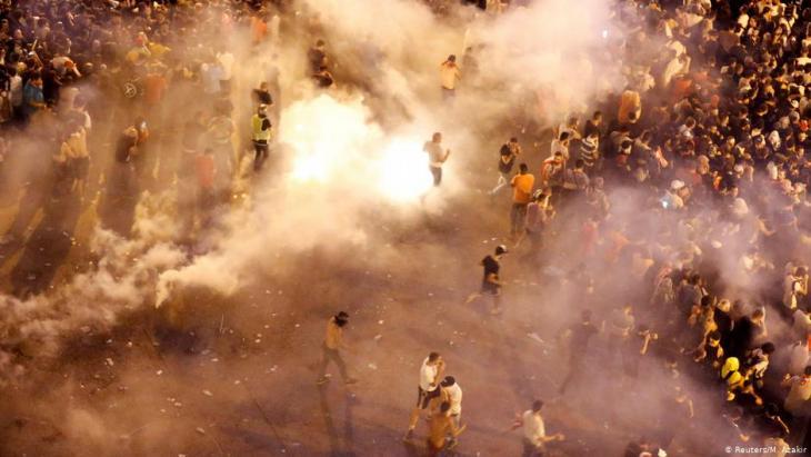 Anti-Aufstandseinheiten der Polizei setzen am 18. Oktober 2019 Tränengas gegen Demonstranten in Beirut ein; Foto: Reuters/M. Azakir
