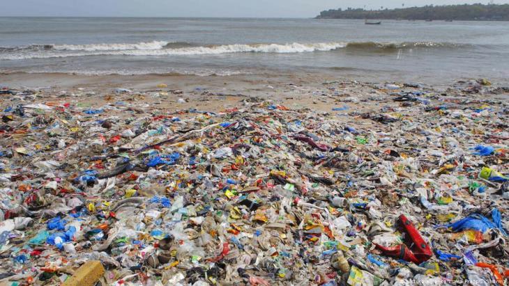 Plastikmüll am Strand von Mumbai; Foto: picture-alliance/Zuma Press/S. Sharma