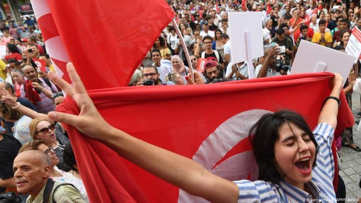 Tunesierin während einer Demonstration zum Tag der tunesischen Frauen in Tunis am 13. August 2018; Foto: AFP/Getty Images/Fethi Belaid