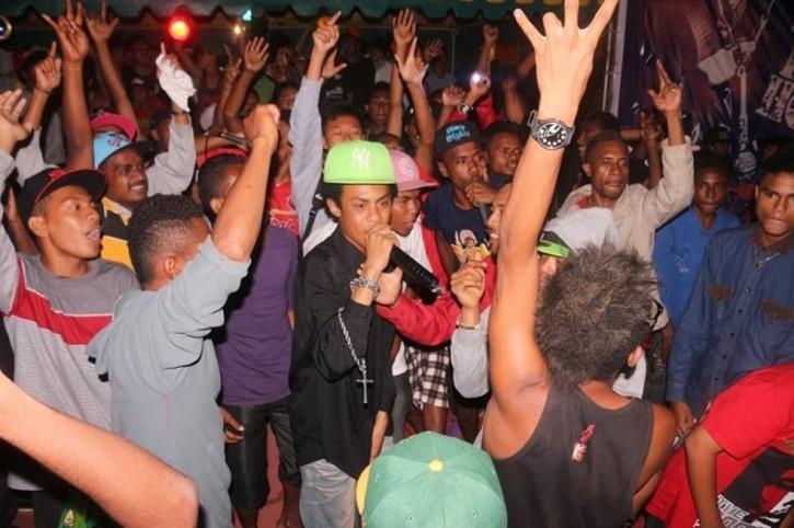 Männliches Publikum auf einem Hip-Hop-Konzert in West-Papua; Foto: Diana Prakasi/Inside Indonesia