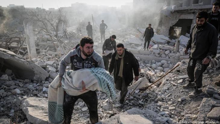 Zivilisten nach einem Luftangriff des Assad-Regimes in der Provinz Idlib; Foto: picture-alliance/dpa