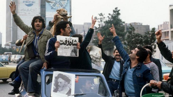 Demonstranten bejubeln die Flucht des Schahs aus dem Iran; Foto: picture-alliance/dpa