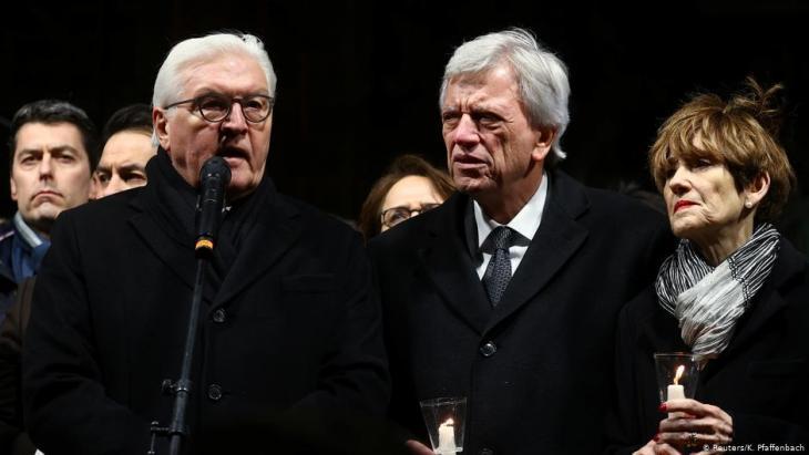 Bundespräsident Frank-Walter-Steinmeier (l.) während einer Trauerkundgebung in Hanau nach dem Attentat von Tobias Rathjen; Foto: Reuters