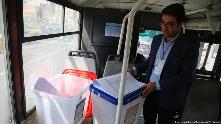 Transport von Wahlurnen in Teheran; Foto: picture-alliance/Zumapress