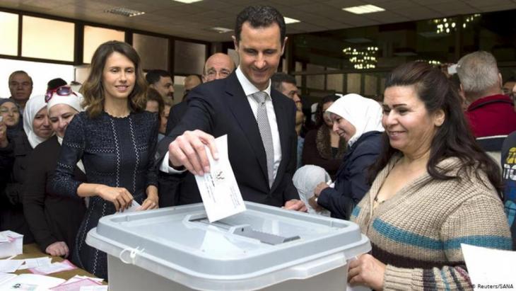Baschar al-Assad bei der Stimmabgabe in einem Wahllokal anlässlich der syrischen Parlamentswahlen 2016; Foto: Reuters/Sana
