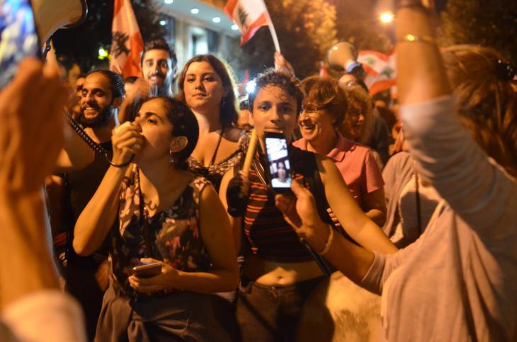 Die Frauenrechtsaktivistin Roula Seghaier (l.v.m.) bei einer Demonstration in Beirut; Foto: Julia Neumann