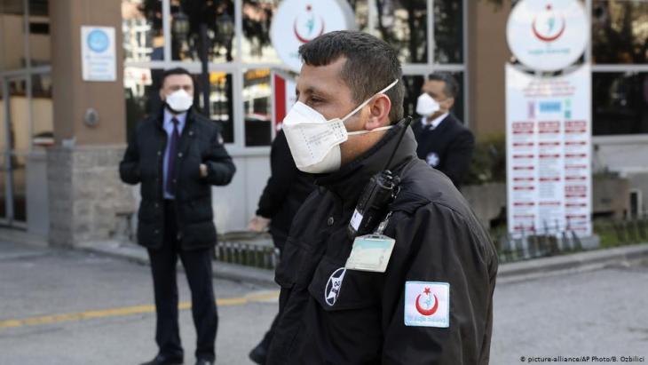 """Mitarbeiter des """"Zekai Tahir Burak""""-Krankenhauses in Ankara nach Bekanntwerden eines Corona-Verdachtsfalls in der türkischen Hauptstadt; Foto: picture-alliance/AP"""