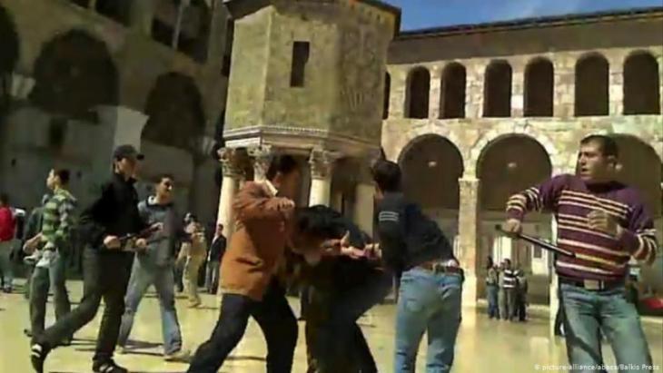 Syrische Geheimdienstmitarbeiter gehen im März 2011 gegen Demonstranten vor; Foto: picture-alliance/abaca/Balkis Press