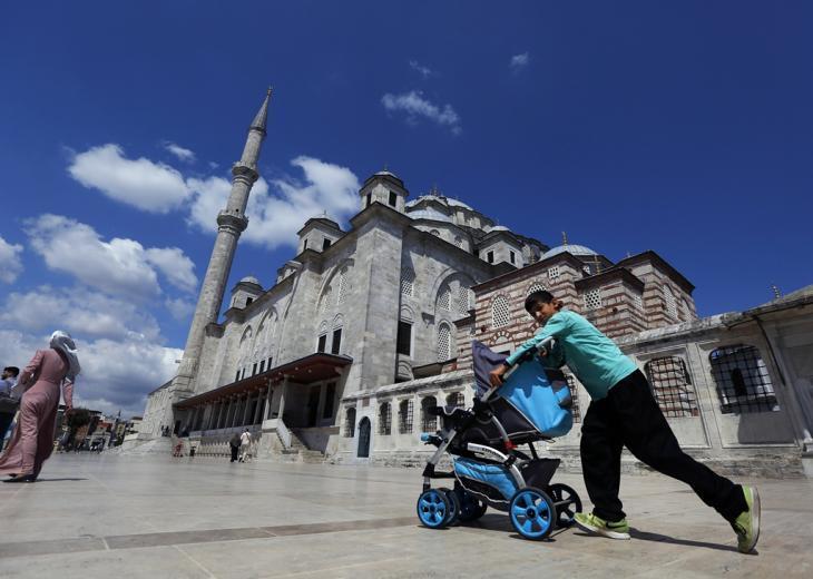 Syrischer Junge schiebt Kinderwagen in der Nähe der Fatih-Moschee in Istanbul; Foto: picture alliance/AP Photo/Lefteris Pitarakis