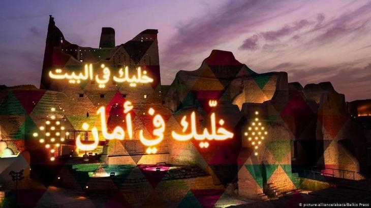 Illuminierte Botschaft an die saudische Bevölkerung, während der Corona-Pandemie zuhause zu bleiben, Salwa Palast in Diriy, Saudi-Arabien; Foto: picture-alliance/abaca/Balkis Press