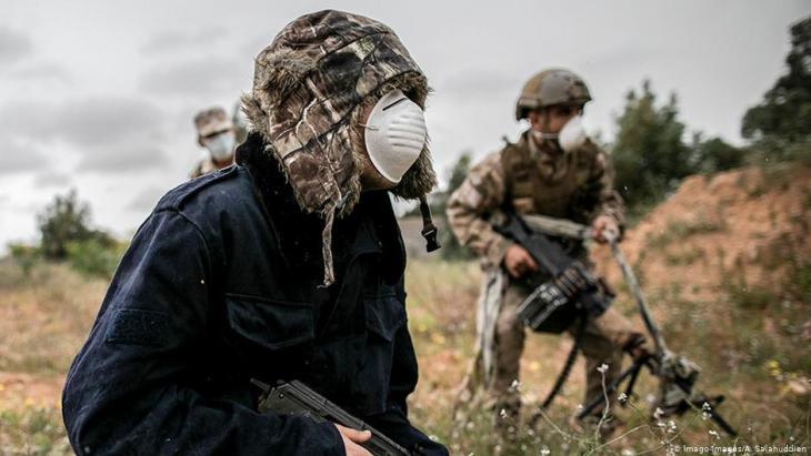GNA-Kämpfer tragen Atemschutzmasken im Libyenkonflikt; Foto: Imago-Images/A. Salahuddien