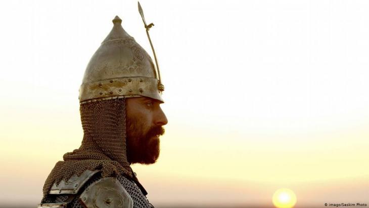 Ein Ritter vor einem Sonnenuntergang; Foto: imago/Seskim Photo