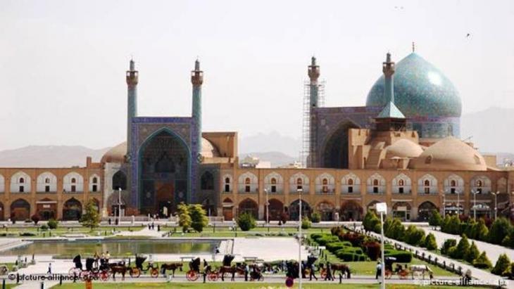 Der alte Königsplatz Meidan-e Imam mit der Imam Moschee in Isfahan (picture-alliance/ dpa)