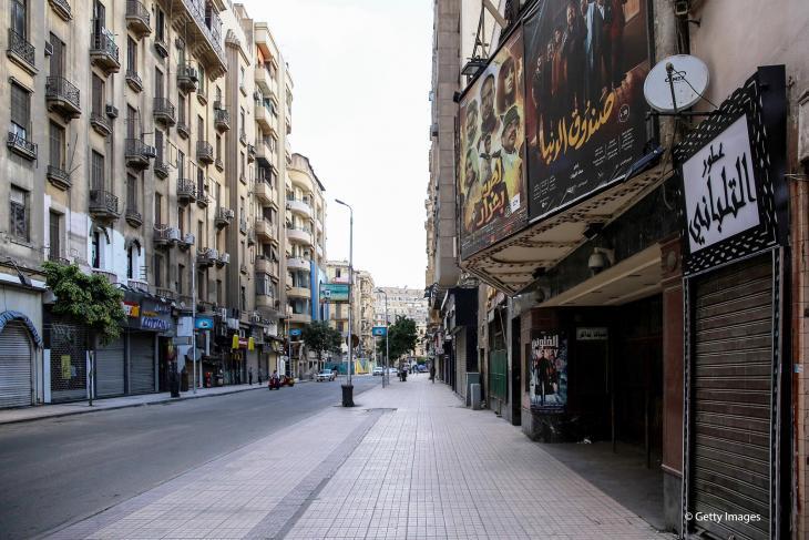 Dieses Bild, das am 24. Mai 2020 aufgenommen wurde, zeigt einen Blick auf das historische Kinotheater Metro entlang der Straße Talaat Harb in der fast menschenleeren Innenstadt der ägyptischen Hauptstadt Kairo am ersten Tag von Eid al-Fitr, dem muslimischen Feiertag, der mit dem Ende des heiligen Fastenmonats Ramadan beginnt. -Ägypten hatte zuvor eine Verlängerung der nächtlichen Ausgangssperre und andere Maßnahmen angekündigt, um große Versammlungen während der Eid-al-Fitr-Feiertage zu verhindern.  (Foto: SAMER ABDALLAH/AFP über Getty Images)  Übersetzt mit www.DeepL.com/Translator (kostenlose Version)